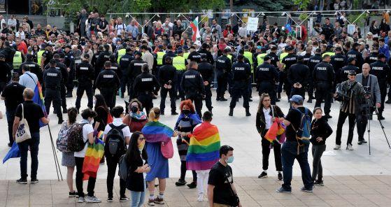 """Защитници на """"семейните ценности"""" замеряха прайда в Бургас с краставици и вода"""