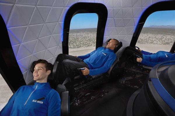 Най-богатият човек летя до Космоса