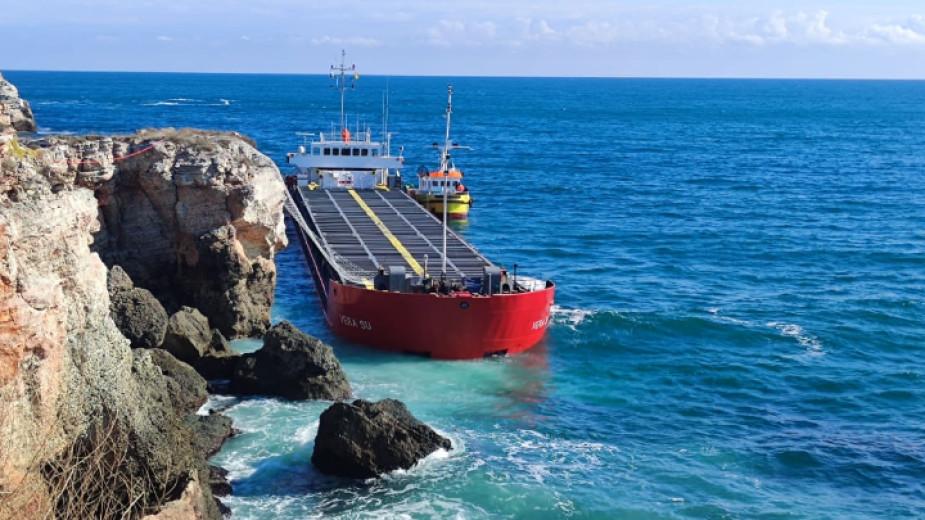 Екипажът на заседналия край Камен бряг кораб отказва да слезе на брега